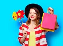 Kvinna med små solar och shoppingpåsar Royaltyfria Foton
