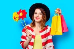 Kvinna med små solar och shoppingpåsar Arkivbild