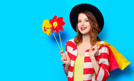 Kvinna med små solar och shoppingpåsar Royaltyfri Fotografi
