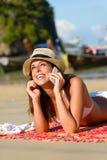 Kvinna med smarthphone på den Thailand stranden Fotografering för Bildbyråer
