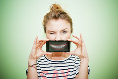 Kvinna med smartphone Fotografering för Bildbyråer