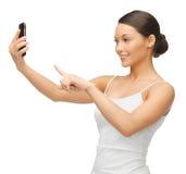Kvinna med smartphonen Arkivfoton