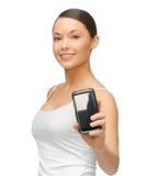 Kvinna med smartphonen Royaltyfri Bild