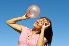 Kvinna med smileyballongen Arkivfoton