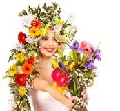 Kvinna med smink och blomman. Fotografering för Bildbyråer