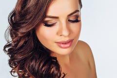 Kvinna med smink på ljus bakgrund arkivfoto