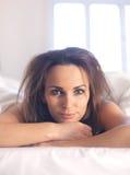 Kvinna med smutsigt sovrumhår Arkivfoton