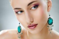 Kvinna med smycken Royaltyfri Bild