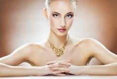 Kvinna med smycken Arkivfoto