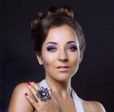 Kvinna med smycken Royaltyfri Fotografi