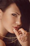 Kvinna med smyckengarnering. Arkivfoto