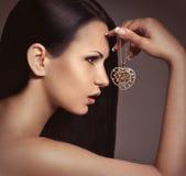 Kvinna med smyckengarnering. Arkivbild