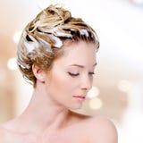 Kvinna med soaping av head och stängda ögon royaltyfri bild