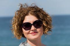 Kvinna med solglasögon Arkivfoto