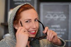 Kvinna med solglasögon Fotografering för Bildbyråer