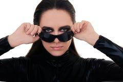 Kvinna med solglasögon i svart läderdräkt royaltyfria foton