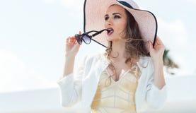 Kvinna med solglasögon och solhatten Arkivbilder