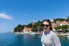Kvinna med solglasögonhandelsresanden i yachtport nära gammal stad Begrepp av studentloppet, sommarsemester, solo kvinnlig turism arkivfoton