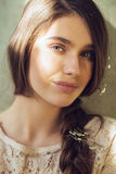 Kvinna med solljus på öga och blommor i hår Arkivbilder