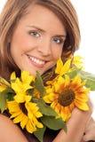 Kvinna med solrosor Arkivfoto