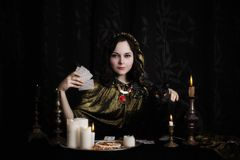 Kvinna med spådomkort i rum Royaltyfria Bilder