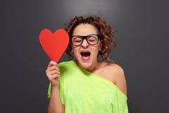 Kvinna med stor röd hjärta Royaltyfria Bilder