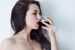 Kvinna med stora ögon som dricker rött vin Royaltyfria Foton