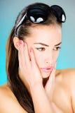 Kvinna med stora svarta solexponeringsglas Royaltyfria Bilder