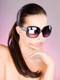 Kvinna med stora svarta solexponeringsglas Royaltyfri Fotografi
