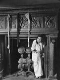 Kvinna med strumpor som hänger på härden (alla visade personer inte är längre uppehälle, och inget gods finns Leverantörgarantier Royaltyfria Foton