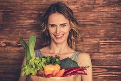 Kvinna med sund mat arkivfoton