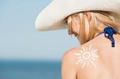 Kvinna med sunscreen Fotografering för Bildbyråer