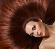 Kvinna med sunt långt hår arkivfoton