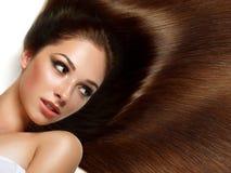 Kvinna med sunt långt hår Arkivfoto