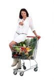 Kvinna med supermarkettrolleyen Arkivfoton