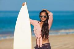 Kvinna med surfingbrädan royaltyfria foton