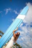 Kvinna med surfingbrädan Arkivbilder