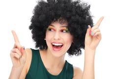 Kvinna med svart afro skratta för wig Arkivfoto