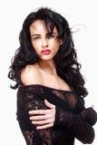 Kvinna med svart hår i sexig genomskinlig klänning Arkivbild