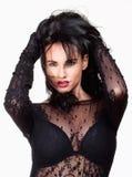 Kvinna med svart hår i sexig genomskinlig klänning Royaltyfri Fotografi