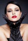 Kvinna med svarta handskar Royaltyfri Fotografi