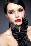 Kvinna med svarta handskar Royaltyfri Foto