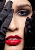 Kvinna med svarta handskar Arkivfoto