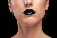 Kvinna med svarta kanter på svart bakgrund Royaltyfria Bilder
