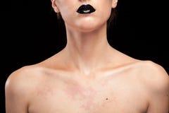 Kvinna med svarta kanter på svart bakgrund Fotografering för Bildbyråer