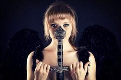Kvinna med svartvingar och svärdfästet Royaltyfria Foton