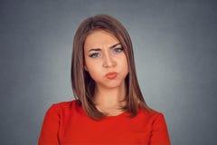 Kvinna med svullna kindkäkar som blåser trött luft som är nervös eller royaltyfri bild