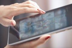 Kvinna med tabletdatoren arkivbilder