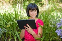 Kvinna med tableten Arkivfoton