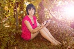 Kvinna med tableten Royaltyfri Foto